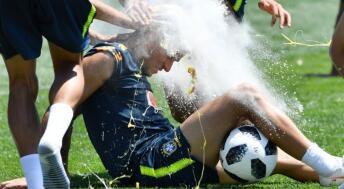 巴西国家队传统生日祝福 库鸟受面粉鸡蛋洗礼内少惨遭殃